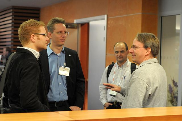 Линус Торвальдс общается с участниками конференции